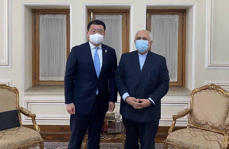 南韓外交部副部長崔鍾建(左)和伊朗外交部副部長阿拉格齊(右)日前進行協商,雙方討論了韓船被扣、伊朗在韓資金被凍結等問題,未達成共識,談判無疾而終。(歐新社)