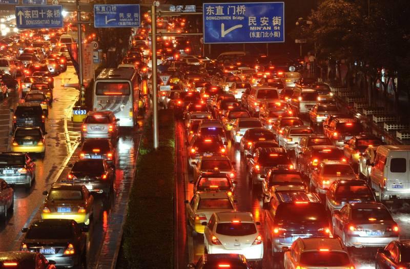 中國疫情似乎仍在擴大,目前有4個城市宣布封城,陸續傳出各省的兩會宣布延期。圖為北京市區街景。(法新社檔案照)