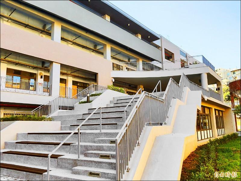 新竹市香山高中馨岳樓全新專科教室昨天啟用,新校舍採光極佳,規劃烹飪、音樂、金工等12間專科教室。(記者洪美秀攝)