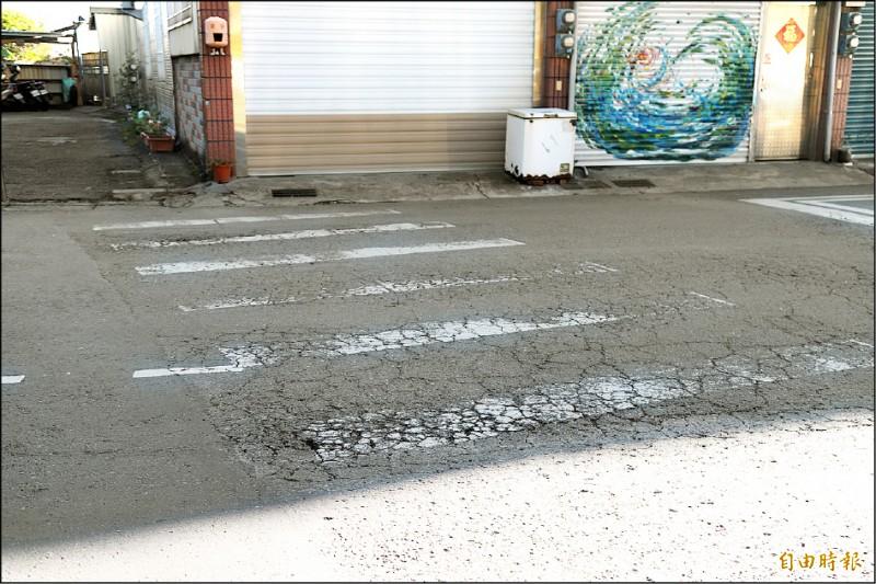 因重型車輾壓成「方塊酥」狀的路面。(記者蔡宗勳攝)