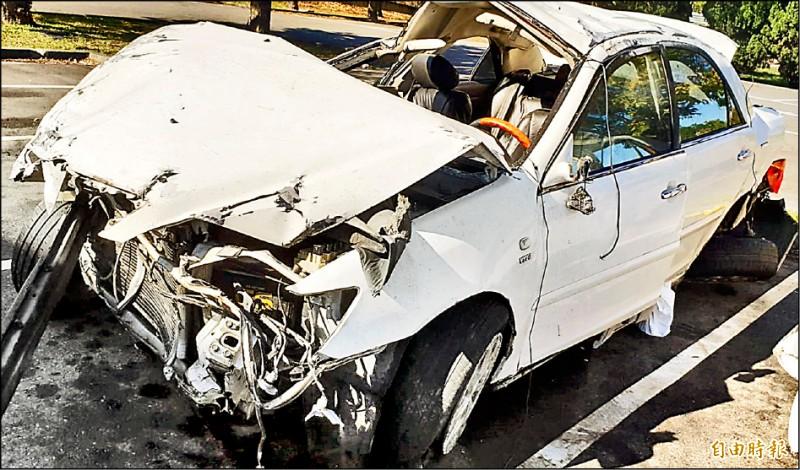 4名男大生開車出遊發生車禍,造成1死3傷,轎車撞到宛如廢鐵。(記者張軒哲攝)