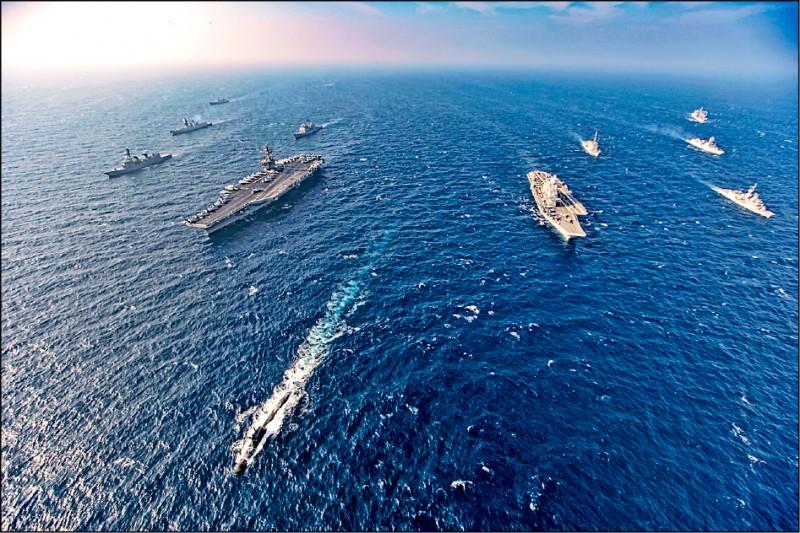 美國海軍軍令部公布的「十年計畫」報告,表明美國海軍的四大工作重點為人員精進、戰備加強、網路和情報實力強化,以及大規模混合艦隊能力整合等,以維持美國相對於中國和俄羅斯的海上軍事優勢。圖為美國、日本、印度和澳洲四國海軍,去年十一月在北阿拉伯海海域舉行第二階段「馬拉巴爾聯合演習」。 (美聯社檔案照)