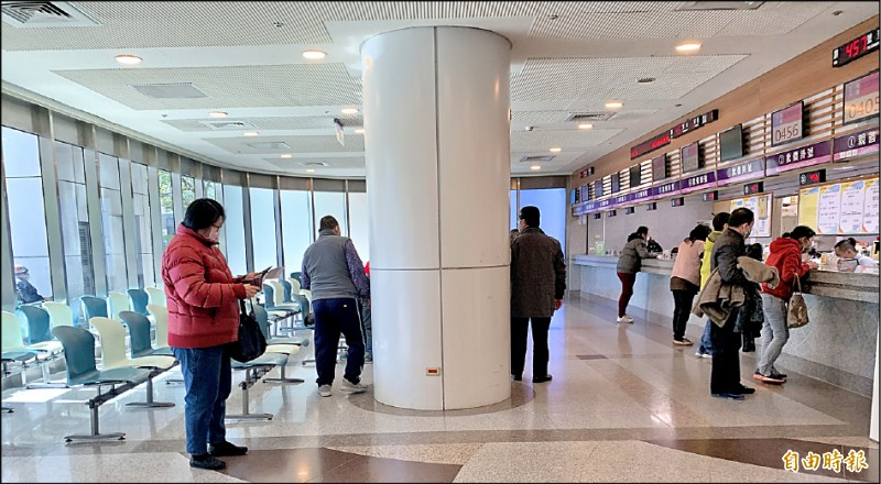 北部某醫院醫護情侶確診,消息曝光後,昨天門診掛號領藥民眾大幅減少,比前一天少了一大半,原本該是坐滿的座位區,如今都空著。 (記者陳恩惠攝)