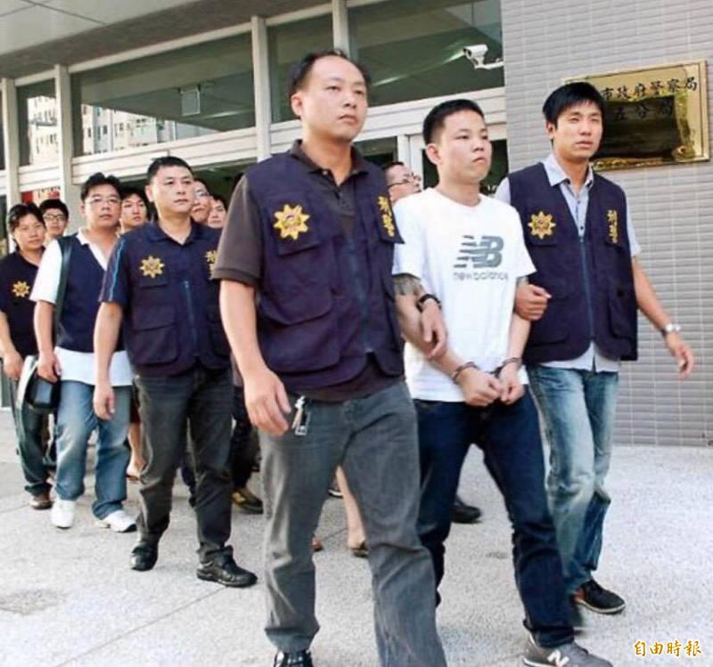 涉嫌元旦假期在台中市半夜開槍掃射的槍手彭偉明(白衣者)當年曾涉暴力討債,與同夥被捕。(本報資料照)