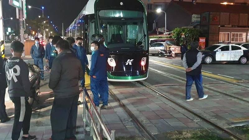 高雄輕軌大南環段昨晚發生通車後首件交通事故,輕軌列車被闖越路口的機車撞上。(翻攝臉書高雄點)