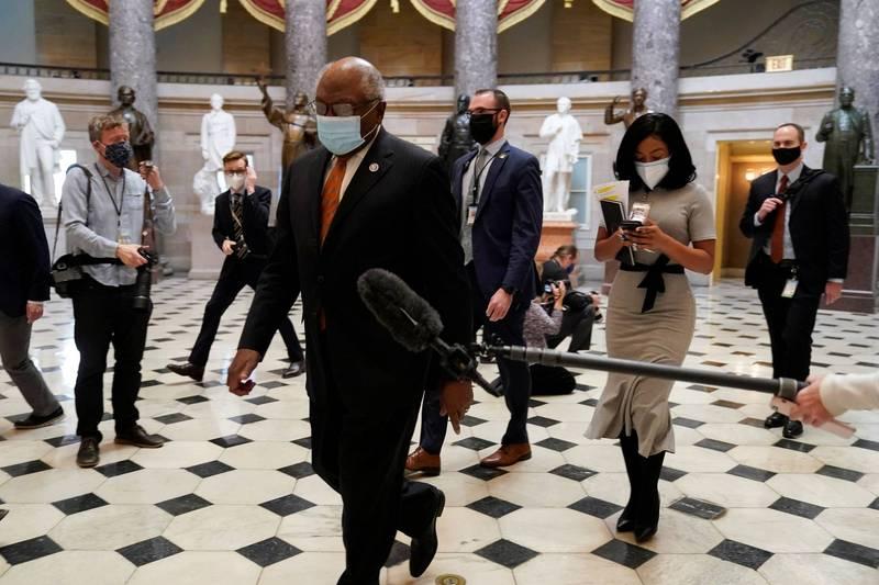 美國聯邦眾議院民主黨黨鞭柯里本(中)13日前往眾議院議場,準備參與針對川普的一項彈劾條款的辯論與表決。(路透)