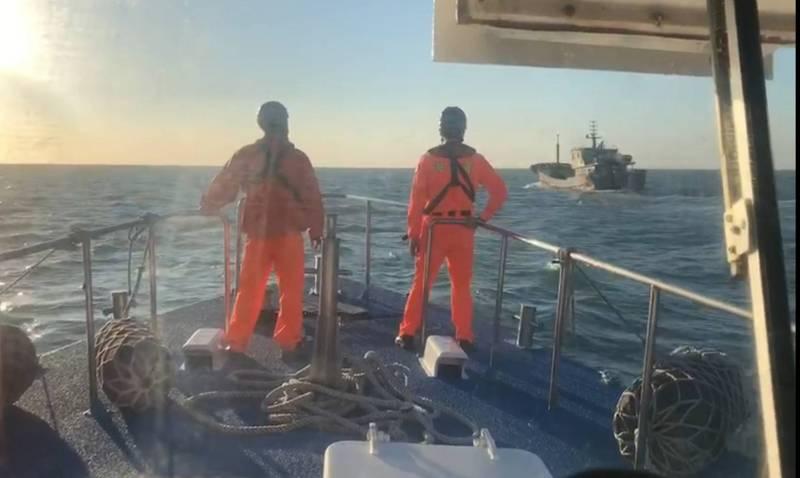 中國油船越界遭我海巡重罰300萬後,強制驅離出境。(記者蔡彰盛翻攝)