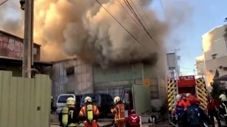 我昂火災現場濃煙密布,消防人員盡全力搶救。(記者陳恩惠翻攝)