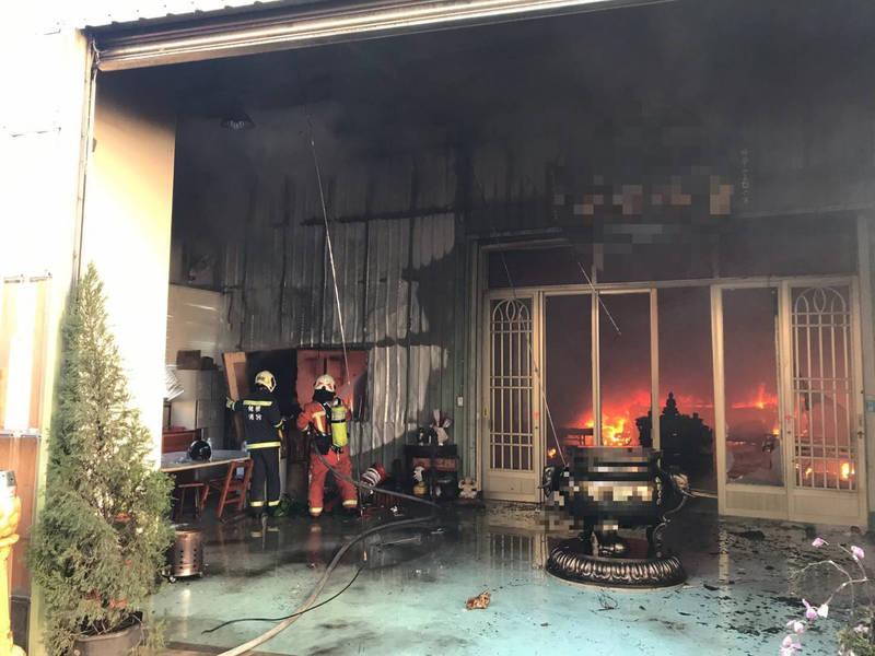 消防人員搶救過程。(記者陳恩惠翻攝)