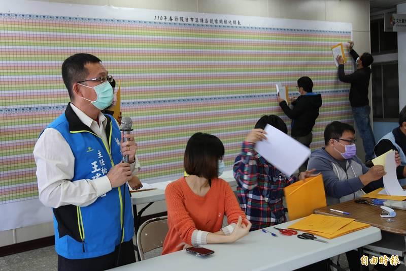 近30年歷史的屏東縣潮州春節市集,今天(14日)舉行今年特區攤位開標作業,投標人數38人,比去年75人投標,少了一半。(記者邱芷柔攝)