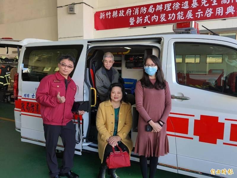 徐進基肯定消防女婿李均祈的工作表現並支持消防局,摡捐400萬救護車,將提供在湖口消防分隊服務。(記者廖雪茹攝)