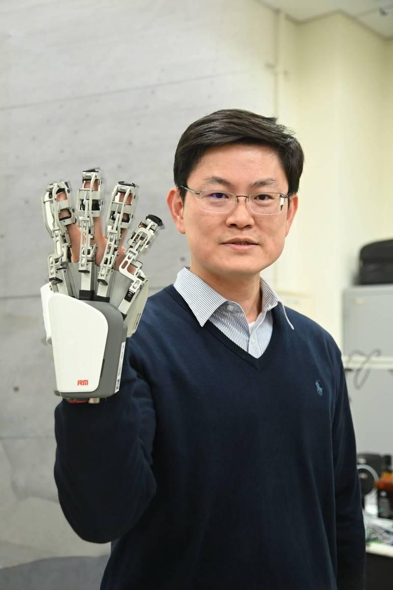 清華大學動機系教授張禎元組跨領域研究團隊,研發的「清華紳士」機械手臂,可像人手般輕巧抽衛生紙或拿球,未來將成醫療照護大幫手。(清大提供)