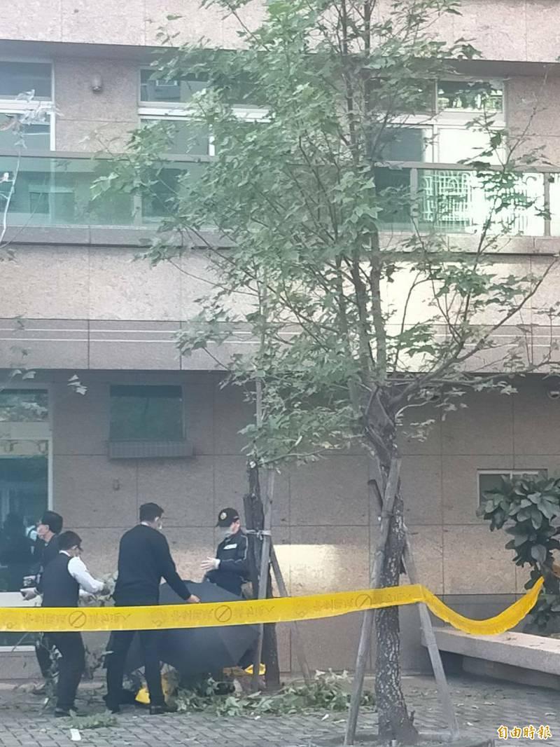 高雄鳳山區驚傳婦人墜樓,警方封鎖現場採證中。(記者陳文嬋攝)