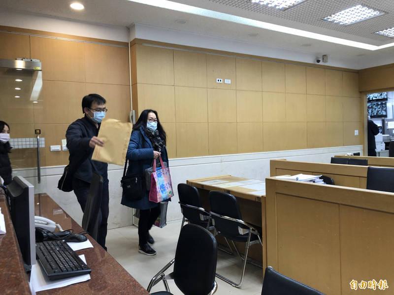 今晚7點多,涉案的下線高慧萍(右)被移送北檢複訊,面對各家堵訪的媒體鏡頭時,她並未對涉嫌吸金等疑點多做說明。(記者錢利忠攝)