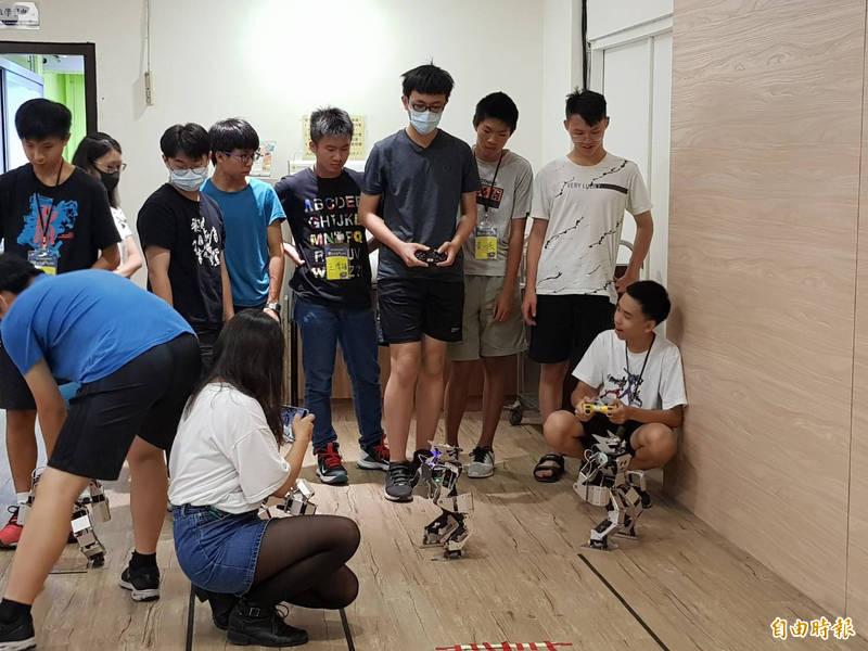板橋高中先前曾與元智大學合作辦理機器人營隊。(記者周湘芸攝)