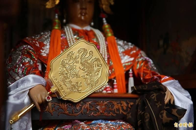 萬曆媽副駕右手配戴紅寶石戒指,庚子年舉辦建醮大典信眾再為祂獻上金扇。(記者王姝琇攝)