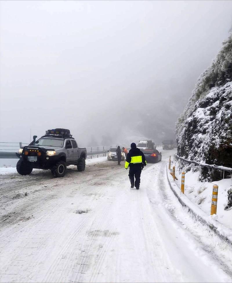 合歡山水晶宮路段結冰最厚也最易打滑。(仁愛警方提供)