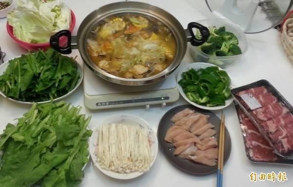 天氣寒冷,受到民眾吃火鍋熱烈需求影響,高麗菜、茼蒿、大白菜、青蔥等價格都居高不下。(資料照)