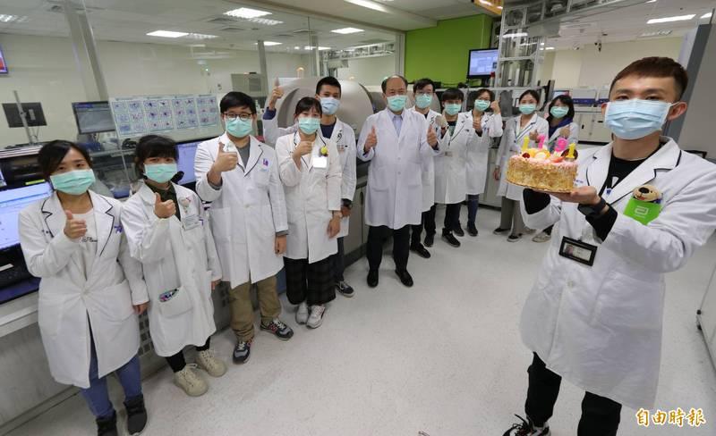 今天是醫檢師節,亞大醫院許永信院長(左6)送蛋糕給院內醫檢師打氣,也呼籲全民鼓勵醫護人員,打贏抗疫這一仗。(記者陳建志攝)