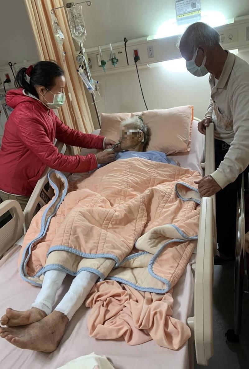 吳阿嬤目前還在醫院治療中,身體顯得十分虛弱,讓阿嬤的子女相當心疼不捨。(吳家提供)