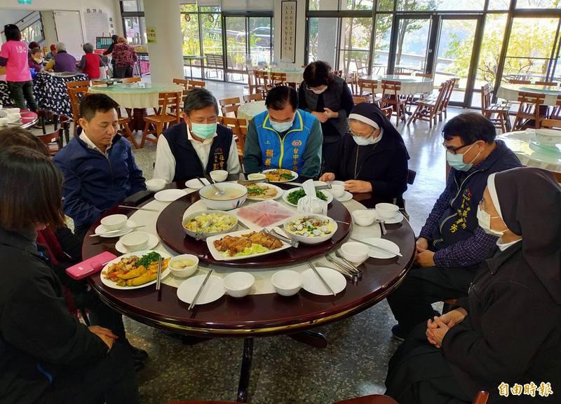 台中市社會局局長彭懷真(右5)今天前往聖愛長青快樂學堂探視長輩,<b><a href=