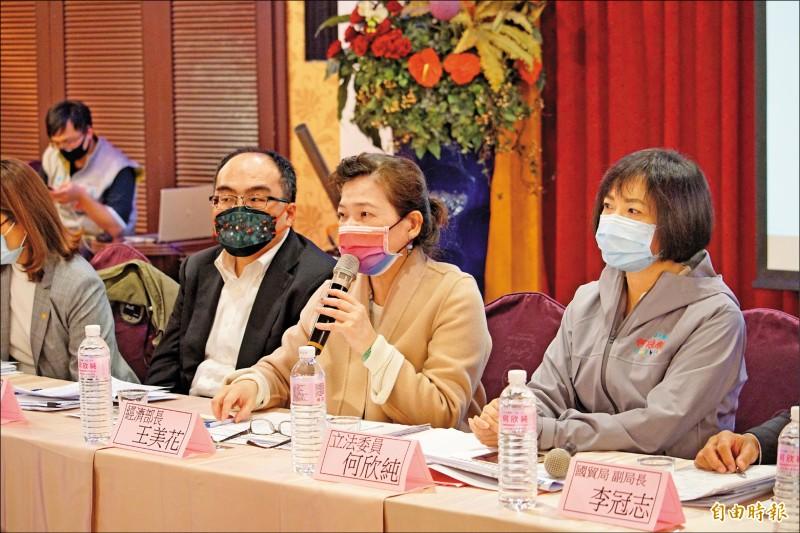 經濟部長王美花(中)應立委何欣純(右)邀請,到台中與中小產業進行座談。(記者何宗翰攝)