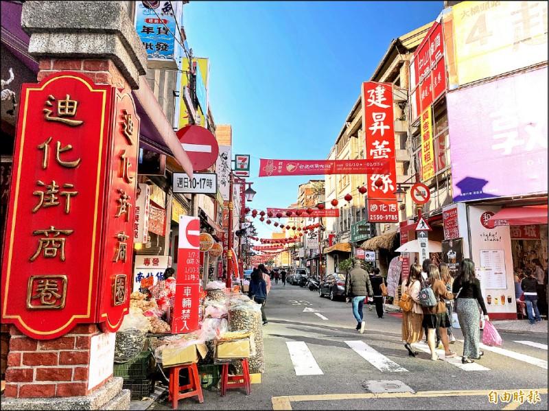 台北市迪化街商圈最具盛名,常吸引大批人潮辦年貨。(記者楊心慧攝)