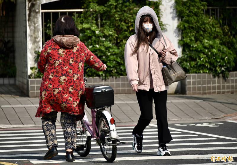 中央氣象局表示,明天受到輻射冷卻影響,各地早晚偏涼、溫差仍大。(資料照)