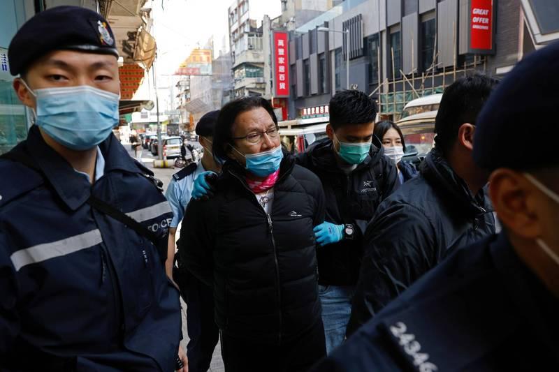 香港律師、民主派區議員黃國桐(中)今天被港警以「協助罪犯」罪名拘捕帶走,臨走前向港人喊話,盼港人繼續堅持民主、法治及人權價值,不要放棄堅持。(路透)