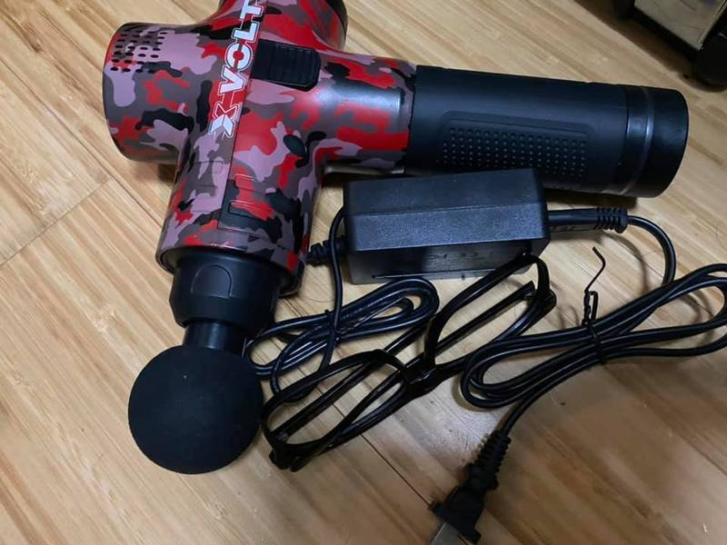 1位民眾的眼鏡失蹤2天,最後才發現與電動按摩槍的電線儼然融為一體。(圖取自爆怨公社)