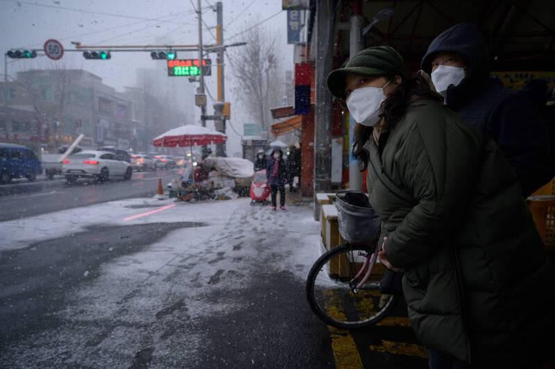 南韓境內武漢肺炎(新型冠狀病毒病,COVID-19)日增確診連3日介於500至600例之間。示意圖。(法新社)