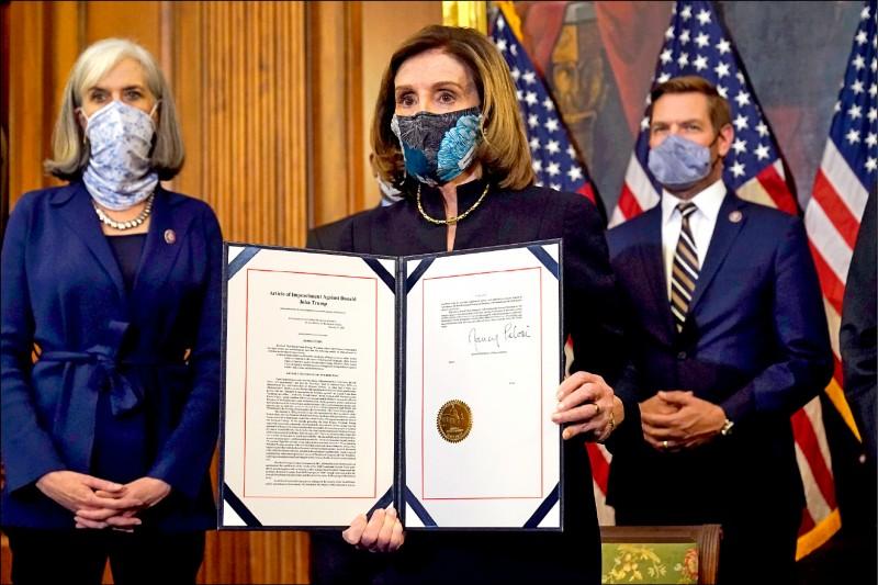 美國眾議院議長裴洛西13日簽署稍早表決通過的彈劾川普總統條款,以便將其送交參議院進行審理。(美聯社)