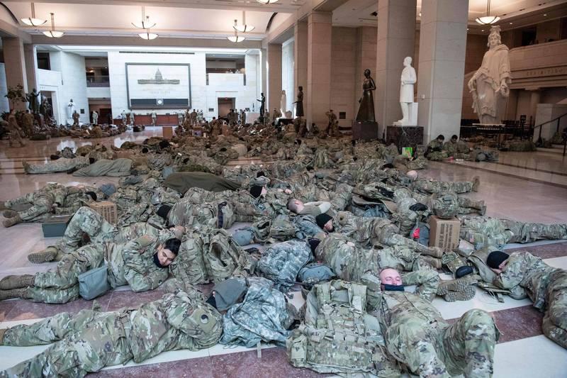 大批國民兵部隊在國會大廳和迴廊的地板上休憩或補眠,武器不離身。(法新社)
