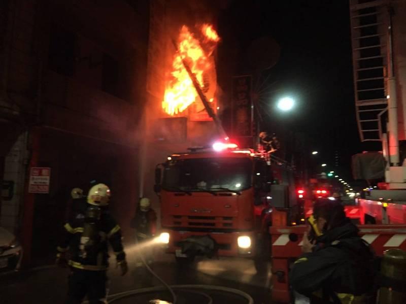 疑似2樓的起火點,火勢猛烈。(記者蔡清華翻攝)