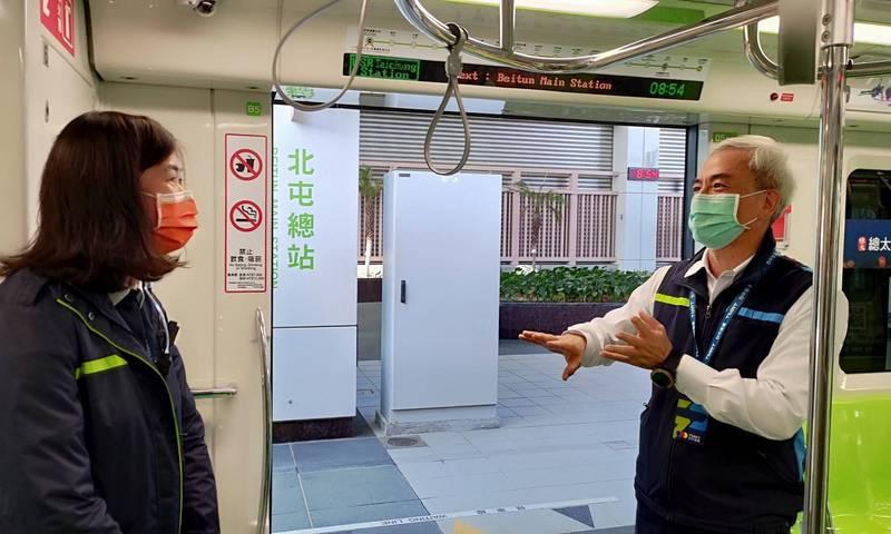 台中捷運開始進行優化軸心的工作,是否代表委員們已認同連結器更新軸心可以解決問題?捷運公司董事長林志盈(右)表示,一定要有確定的數據及証明才能讓委員接受。(捷運公司提供)
