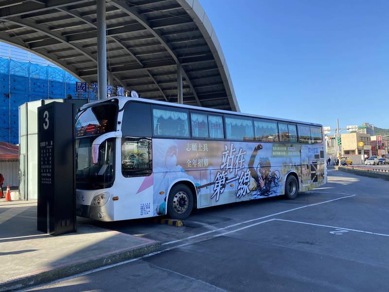 立委蔡適應表示,會建議交通部擴大辦理行動支付坐客運有折扣。(記者林欣漢翻攝)