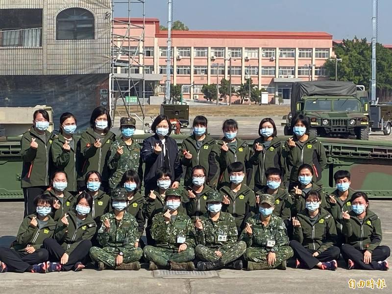 陸軍54工兵群的女性官兵,要求與蔡總統單獨合影,蔡總統與女性官兵一同比出愛心手勢。(記者吳書緯攝)