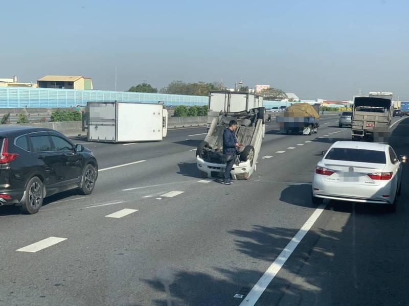 今天早上10點多,國道1號中山高彰化北上路段,發生2車碰撞翻覆意外。(民眾提供)