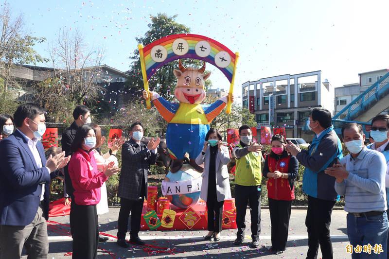 宜蘭市南屏國小設計牛造型花燈,放置在學校大門口。(記者林敬倫攝)