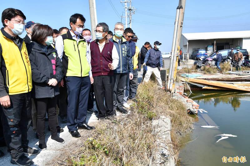 農委會主委陳吉仲(前左三)今天(15日)到台南將軍區視察養殖魚塭受寒害情形。(記者楊金城攝)