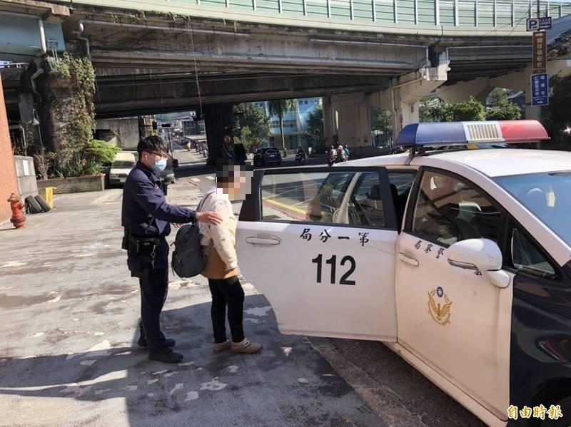 73歲江姓婦人被警方勸導下車後,因拒絕說出身分,被警方帶回派出所查驗身分。(記者林嘉東攝)