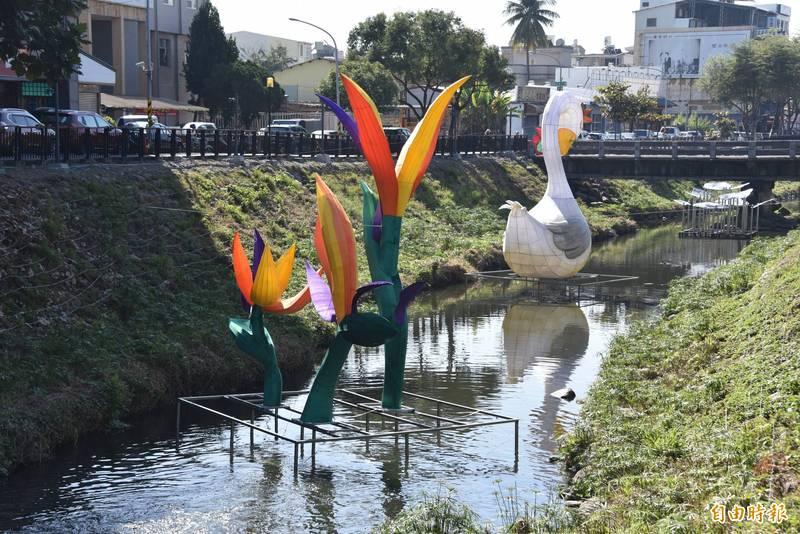 屏東綵燈節的主題花燈已在萬年溪設立,正在趕工。(記者葉永騫攝)