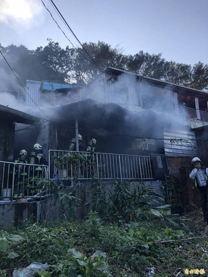 基隆市獅球路一間鐵皮平房今天下午發生發生火警。(記者林嘉東攝)