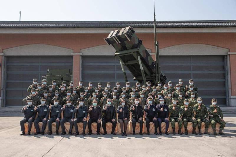 總統蔡英文與空軍防空飛彈部隊官兵代表,在愛國者三型飛彈前合影。(翻攝自軍聞社)