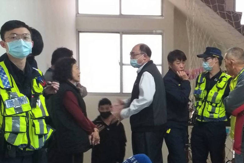 後壁區農會出現抗議農會拒不公布參選登記名單的場面,警方派員到場。(記者楊金城翻攝)