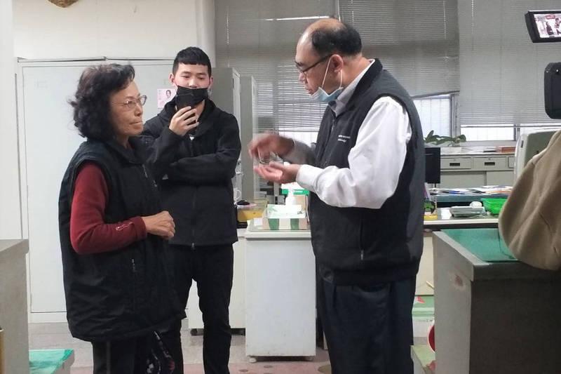 後壁區農會前總幹事蕭麗姿到農會抗議農會拒不公布參選登記名單,質疑農會黑箱作業,農業局人員出面解釋。(記者楊金城翻攝)