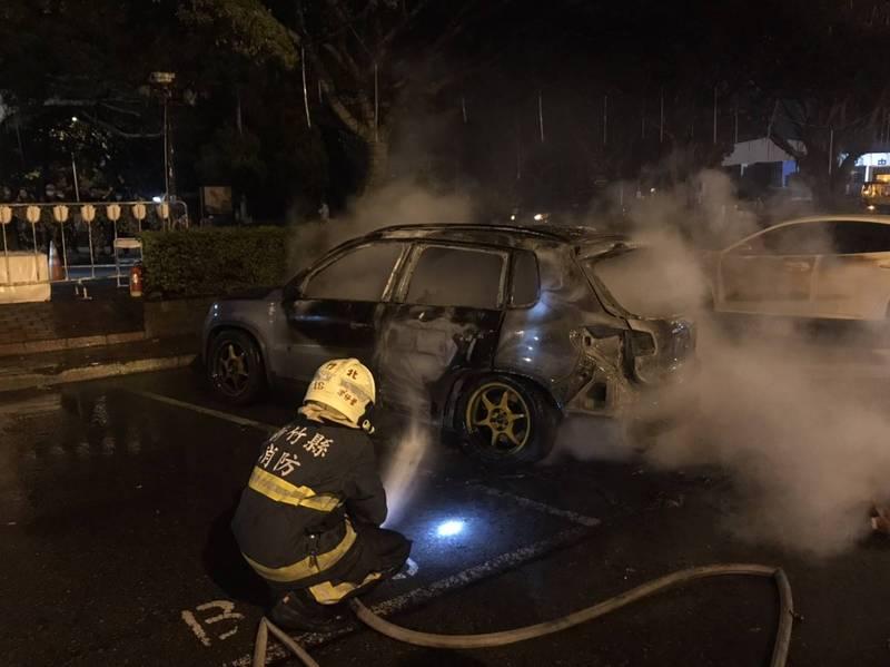 國1北上湖口服務區的小客車停車區,一輛自小客車今晚突然發生燃燒,消防人員灌救迅速滅火。(記者廖雪茹翻攝)