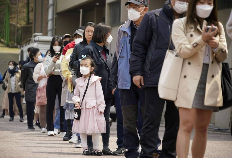 韓國的主要感染途徑從公共場所轉向人際接觸,透過生活中人際接觸感染的病例由20%驟升到40%左右。(示意圖)(法新社)