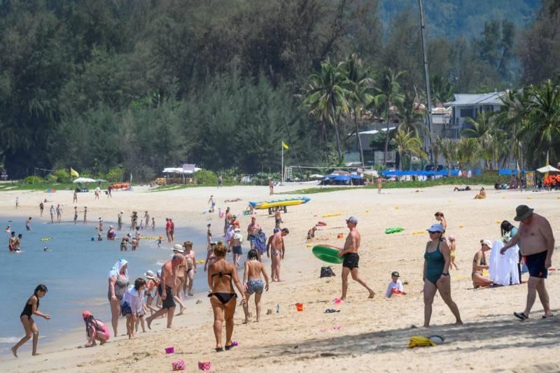 泰國近期推行「普吉島模式」的旅遊政策。圖為泰國普吉島沙灘。(法新社)