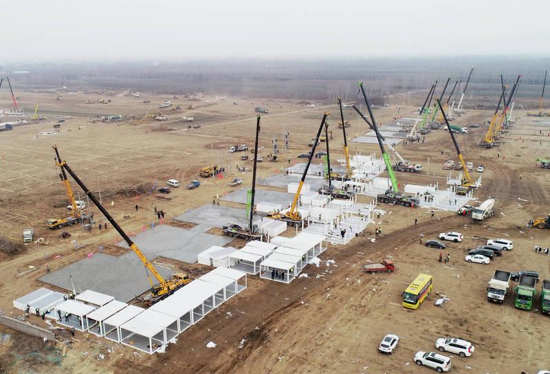 中國官方否認正在興建醫院,稱這叫做「集中隔離板房(組合屋)」。(美聯社)
